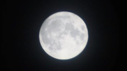 De volle maan boven het Groningse platteland